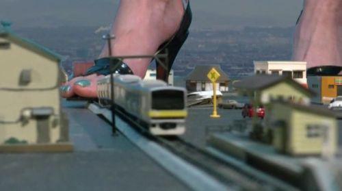 電車は指の太さくらい!Nゲージ(約1/150)サイズの超巨大女が暴れる!