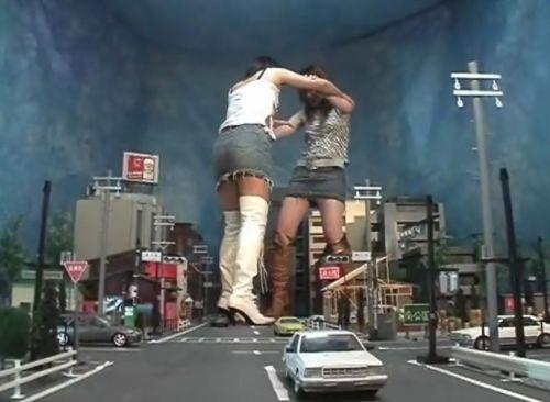 これぞ巨大女系キャットファイトの醍醐味!GTSが街中で取っ組み合い!