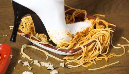 真っ白のロングブーツを汚すスパゲッティ!踏み付け踏み潰しフードクラッシュ