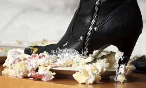激アツです。履き込んだブーツでケーキを激しく踏み潰したらこのザマだ!