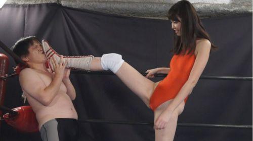 ロープに足で押し付け!長身から繰り出すキックでドミネーション!
