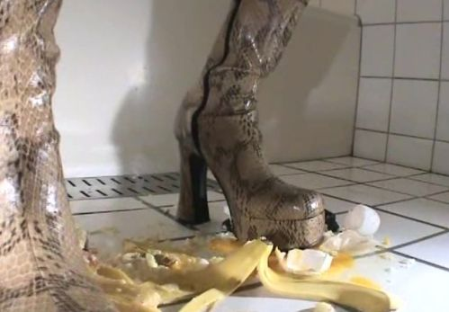 さあ、バナナで踏み付けてください!今度はち○こ踏みの連想だっ!