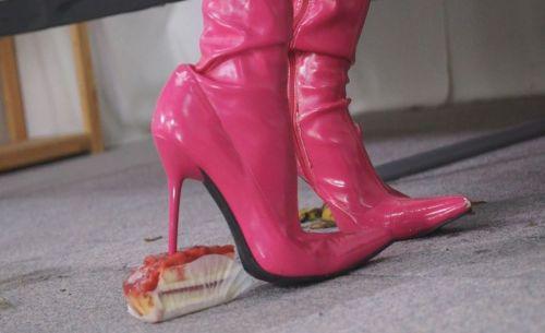ホットピンクのピンヒールは食べ物に対して直角にずぷりと入るフークラ