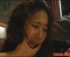 【エロ拷問動画】ギロチン台に拘束され身動きできない恐怖に泣きながらも身体は感じさせられ・・・