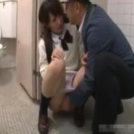 【JKレイプ動画】男子トイレで犯された女子高生が泣きながら精子をかき出す姿ってエロいwww