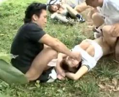 【野外レイプ動画】白昼堂々の犯行!下校途中の女子高生をハイエースで拉致って連続中出しレイプ・・・