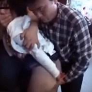 【ロリ痴漢動画】パチンコ店で暇そうにしているロリ娘を死角に連れ込み集団で性的イタズラするマジキチ映像・・・