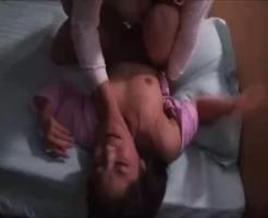 【首絞めレイプ動画え】鍵を閉め忘れたまま昼寝する人妻が不法侵入した男に首絞められながら生姦レイプされてしまい・・・