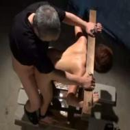 【SMレ●プ動画】ギロチン器具で四肢の自由を奪われた女が肉便器に!2人の鬼畜に凌辱の限りをつくされ精神崩壊・・・