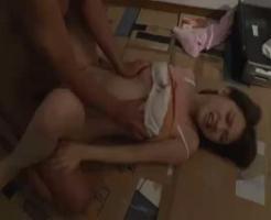 【監禁レ●プ動画】夜道で鬼畜に襲われた女子大生が力づくで自宅に連れ込まれ生姦レ●プ!濃厚精子を何度も注入されて妊娠確実!