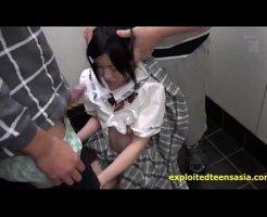 【痴漢レイプ動画】未発達な体の中●生少女をマンションが廊下で痴漢に襲われ2本のチンコで地獄イラマチオ!
