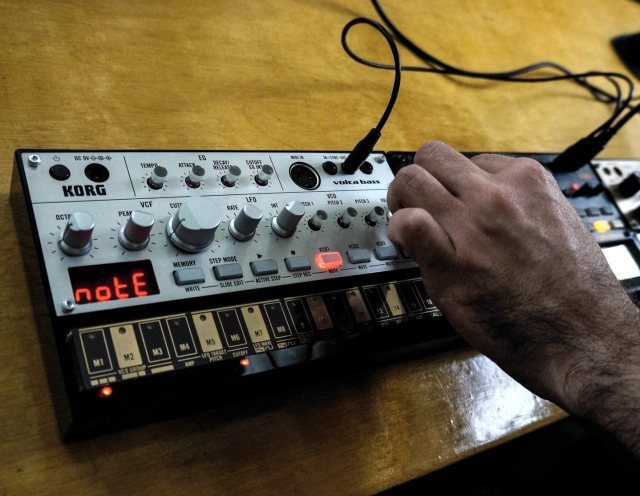 Hands-on with the volca bass.