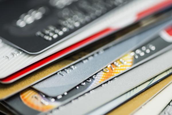 重なったクレジットカード