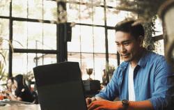カフェでパソコンをいじる男性