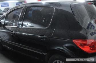El coche recibió varios disparos de aire comprimido.