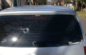 El auto baleado de uno de los funcionarios.