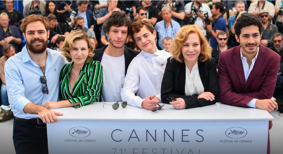El elenco y el director de la película.