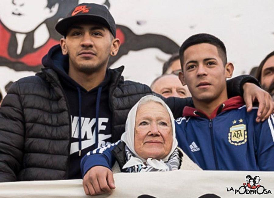Los dos chicos con Nora Cortiñas.