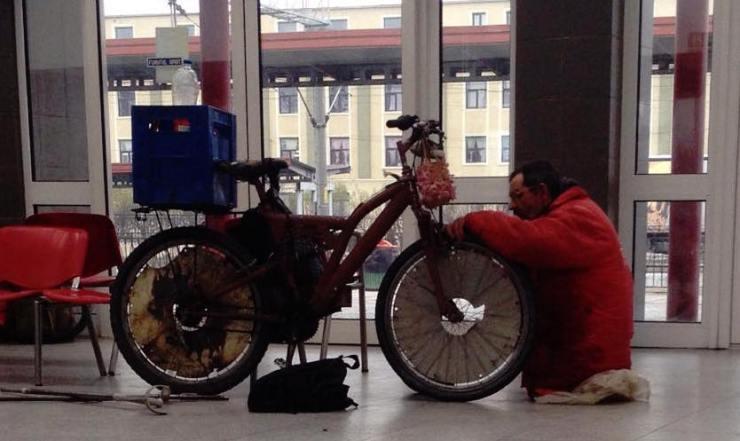 Povestea biciclistului din imagine o găsești dacă dai click pe poză.