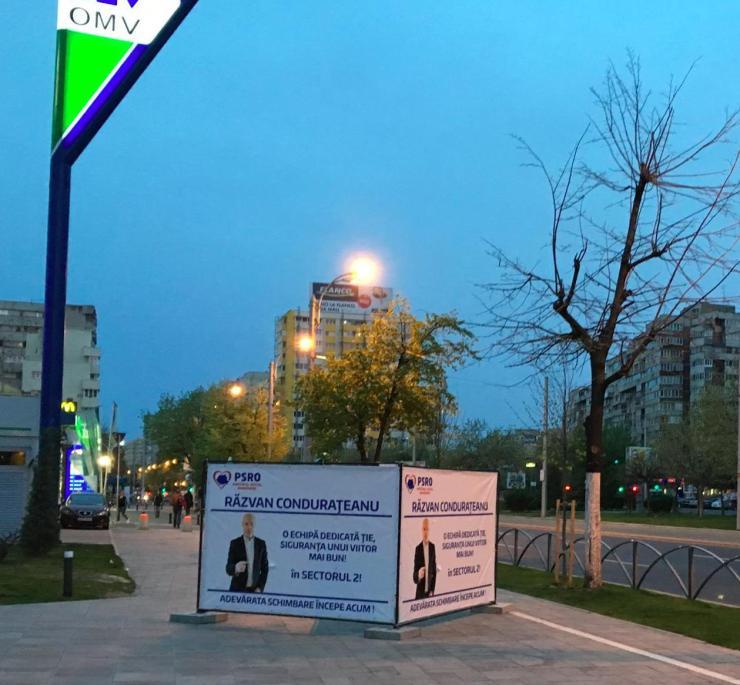 razvan condurateanu - banner pe mijlocul trotuarului