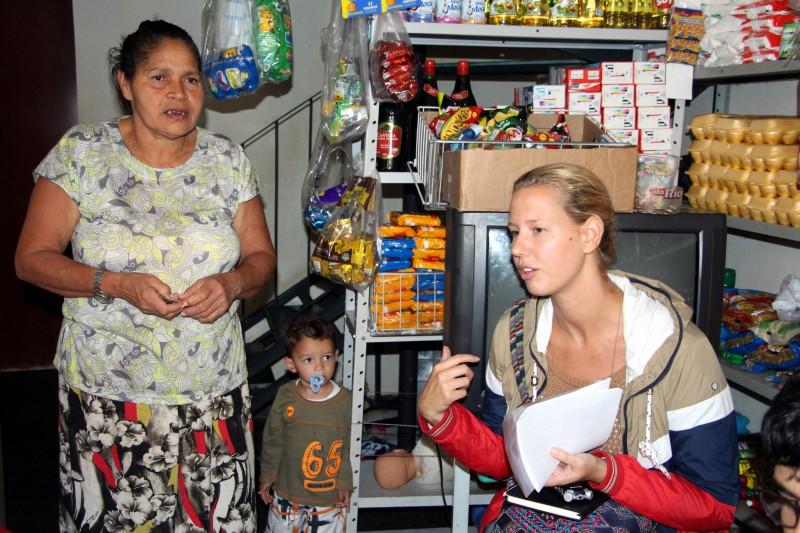 Unterwegs mit Soziologin Claudia Sanen. Sie befragt Favela-Vertriebene.