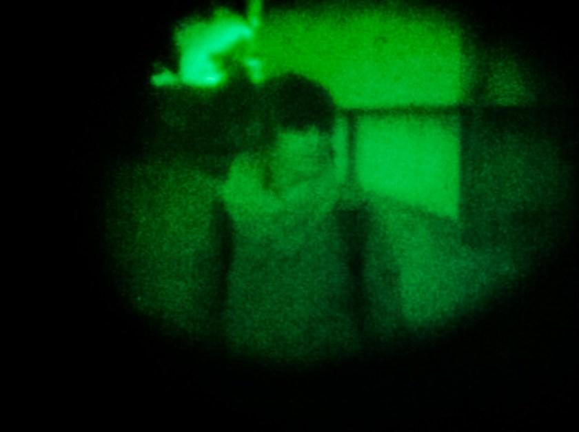 Ylva steht Schmiere. Wir haben sie durch das Nachtsichtgerät fotografiertm mit dem sie Wache schiebt.