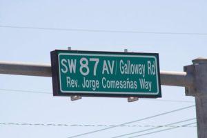 El anuncio de la calle con el nombre del Rev. Jorge Comesañas