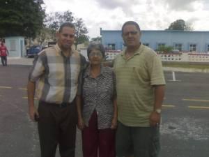 Junto a la madre enferma de Ernesto Borges y su hermano Cesar a nuestra salida del Combinado del Este