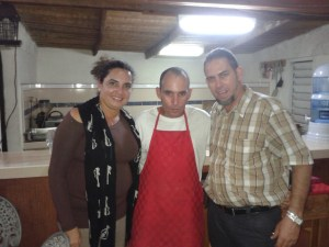 """@yoaxism y @maritovoz en buena con el cocinero y anfitrión """"Don Rafael""""."""