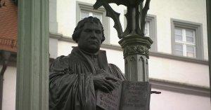 Estatua de Martín Lutero con la sola scritura, en Alemania