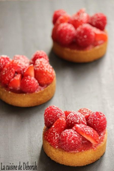Tartelettes fraises gariguettes, framboises et rhubarbe - La cuisine de Déborah