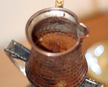 Le cafe grec mousse et monte dans le briki.