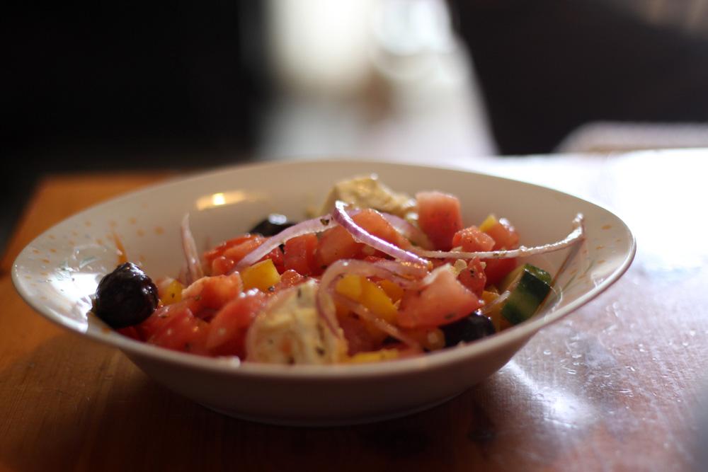une assiette de salade grecque