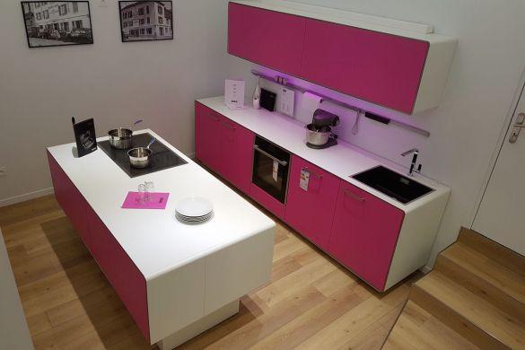 Cuisine rose et Blanche avec ilôt