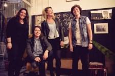 Tati (centro) junto com as meninas da sua banda. (foto: reprodução Facebook)