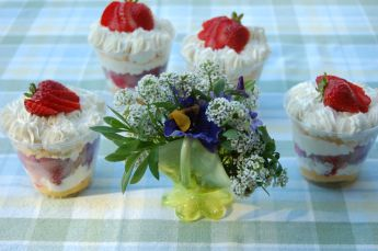 easy lemon curd and strawberry trifles for picnic