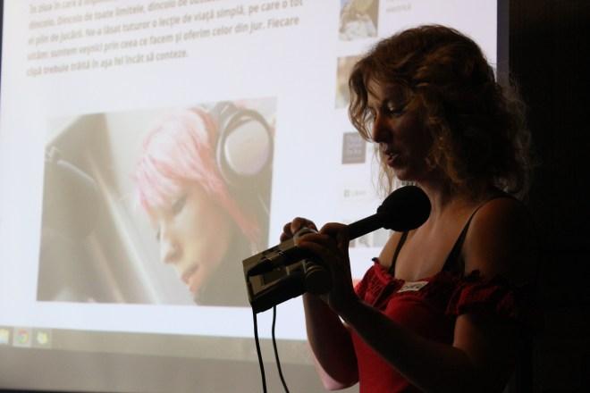 Camelia le face cunoștință elevilor din generația smartphone cu un strămoș al reportofonului.