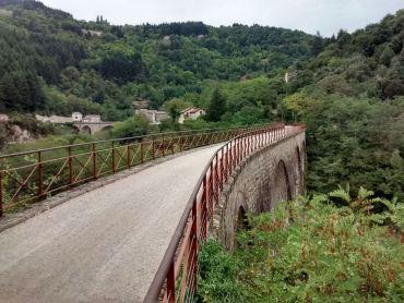 Un viaduc de taille modeste a l'image de la ligne.