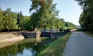 Une_des_nombreuses_ecluses_du_versant_Seine_du_canal_du_nivernais