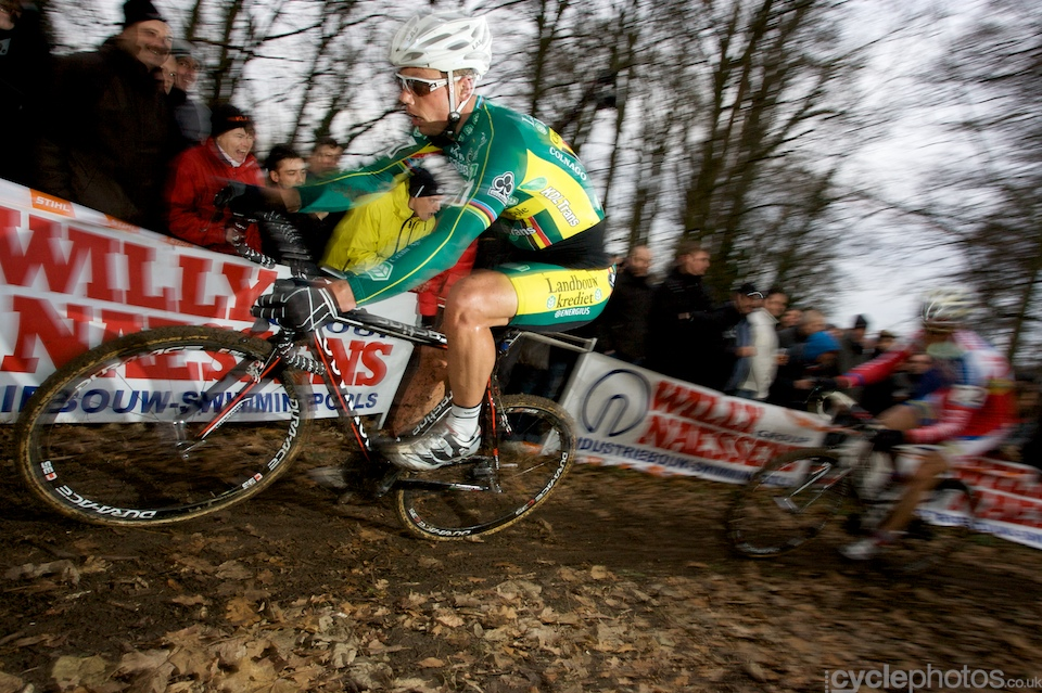 Sven Nys attacks.