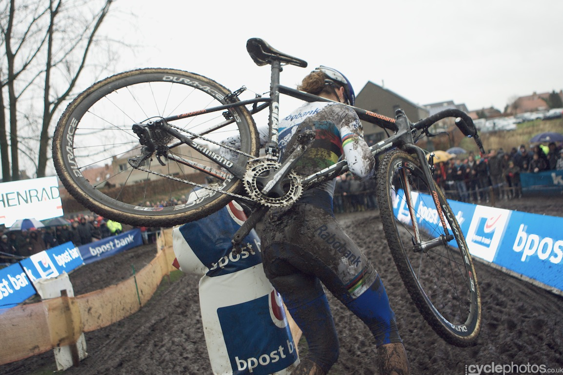 Marianne Vos runs around a pole in the second lap of the fifth round of the Bpost Bank Trofee Azencross in Loenhout.