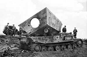 Подбитая немецкая самоходка Фердинанд в районе Курской дуги, лето 1943 г.