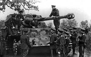 Командующий Центральным фронтом генерал армии К.К. Рокоссовский со штабом осматривают подбитую САУ «Фердинанд». Под Курском, лето 1943 г.