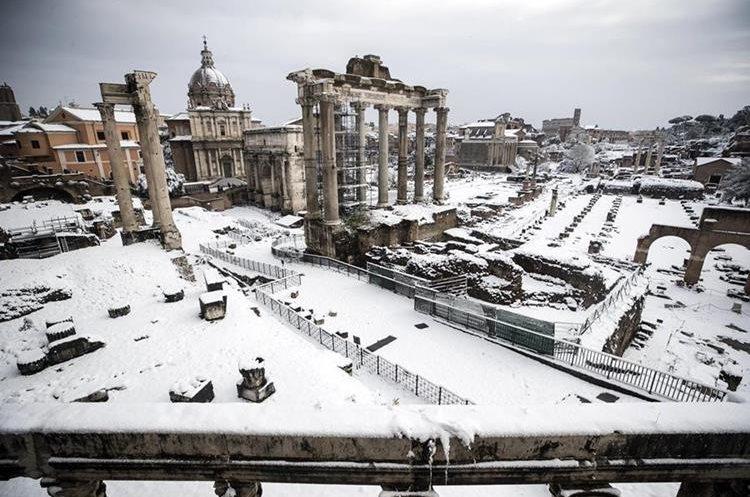 El Fori Imperiali completamente nevado, en Roma, Italia. (Foto Prensa Libre: EFE)