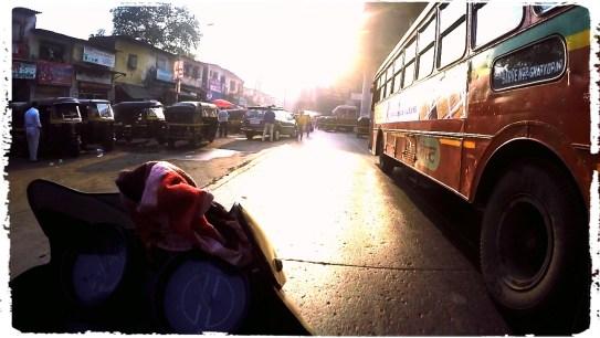 busses mumbai, mumbai traffic, cracy mumbai traffic, motorcycle in mumbai, suicidal traffic india, motorcycle through India, dagsvstheworld