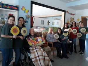 Volunteers honored Neubauer by doing crafts with residents at La Torre Residencial. March 2018. (Sara Gomez).