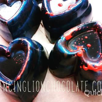 Brilliant blue hearts for #Valentines. Rhubarb & berry black tea w cognac in @mesocacao El Salvador 70% dark & @valrhona Jivara milk chocolates.  #DLCbonbons #chocolate