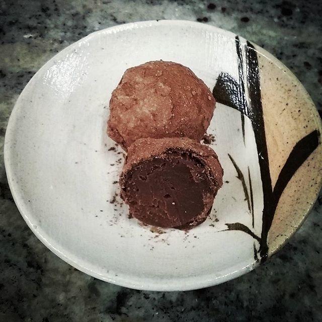 PASSIONATE ABOUT TEA - precious Heritage Beidou wulong tea in Brazilian dark chocolate fermented with passion fruit. #dlcbonbons #chocolatier #chocolateasart #chocolate #visitmanchesternh #redblossomteacompany #valrhona #truffesauchocolat #chocolatetruffles #dwntnmht
