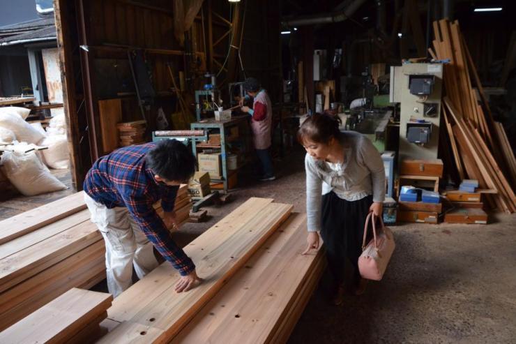 鎌倉の一時預かり保育たまっこルーム床板に触る