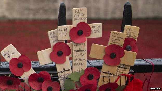 Poppies-TowerofLondon-Tributes-on-Fence